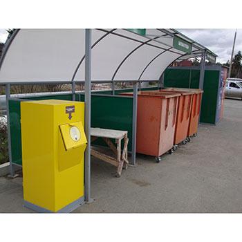 Мини-комплекс и контейнерная площадка с ограждением и металлическими контейнерами на колесах