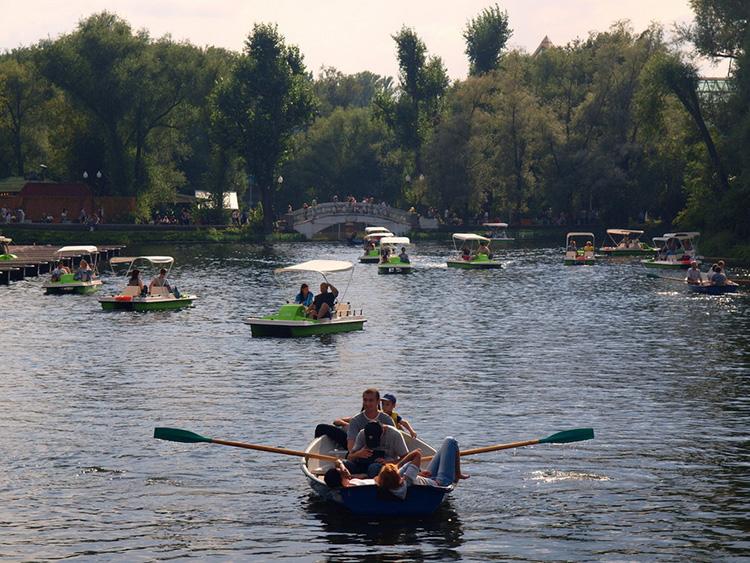 лодки в приморском парке