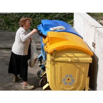 Окрашенный евроконтейнер с крышками под раздельный сбор мусора (пластик, бумага, стекло)